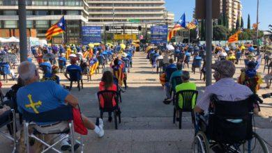 Photo of Diada amb mascareta, cadires i distància a la plaça dels Països Catalans